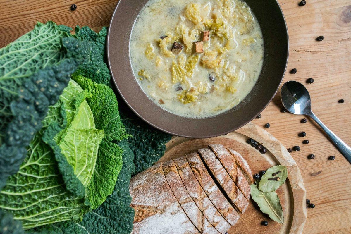 lecker & deftig: Wirsingsuppe mit Räuchertofu nach Omas Art